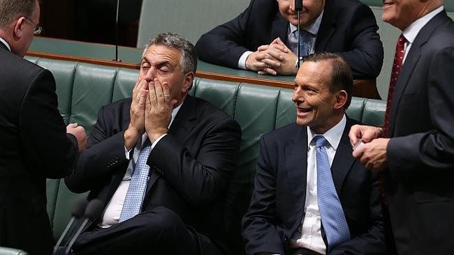 ردة فعل وزير الخزينة جو هوكي ورئيس الوزرااء طوني ابوت على رد شورتن.الصورة: غاري راماج.المصدر: نيوز كورب استراليا.