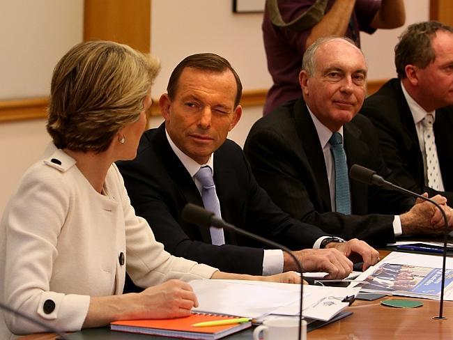 ابوت يغمز بعينه مرة اخرى وفي مكان آخر  وكأنها عادة لديه.الصورة: نيوز كورب استراليا